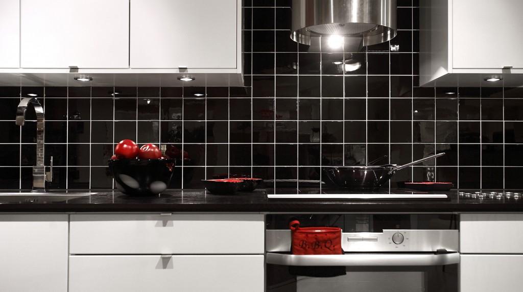 Svarte fliser på kjøkken