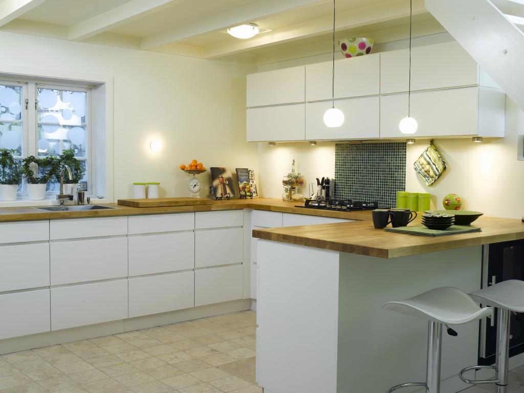 hvitt slett eikekjøkken med håndtak
