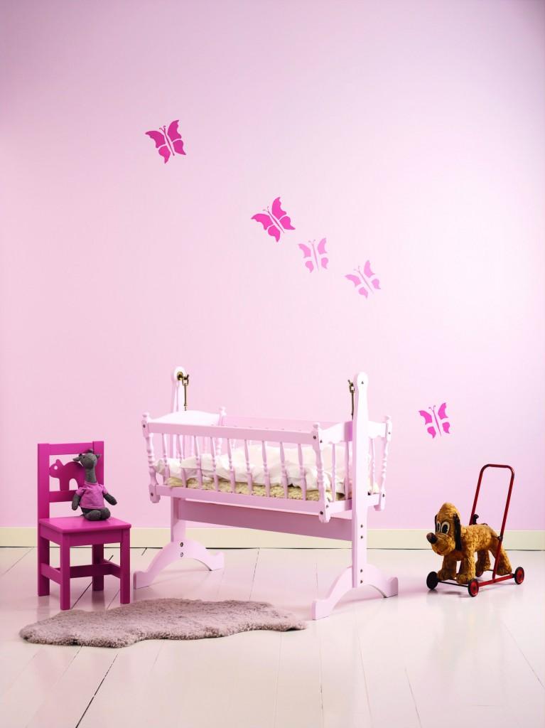 Veggene er malt med Jotun Sens 3302 Lille Prinsesse. Sommerfuglene er laget med sjablonger. Farger: Sens 3114 Roseblad, Sens 3115 Tryllestøv.