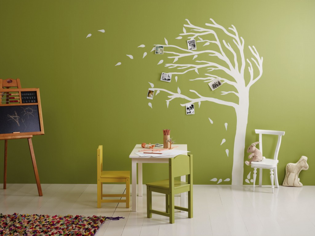 Sjablonger og farge fra Jotun. Vegg: Sens 8109 Aprilgrønn. Treet/stol/bord: Sens 9918 Klassisk hvit.