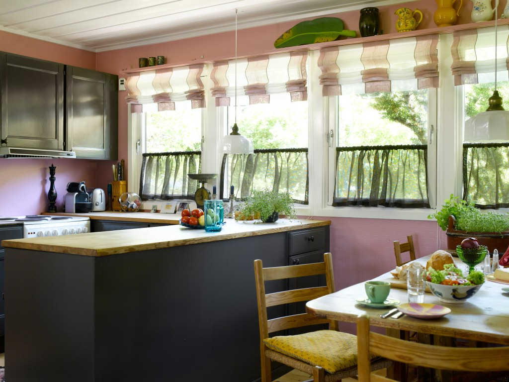 Kjøkkenet fikk en ny atmosfære, men blanke gråmalte kjøkkenskap, malt i oljemaling. Til bakgrunnsfargen lys rosa.
