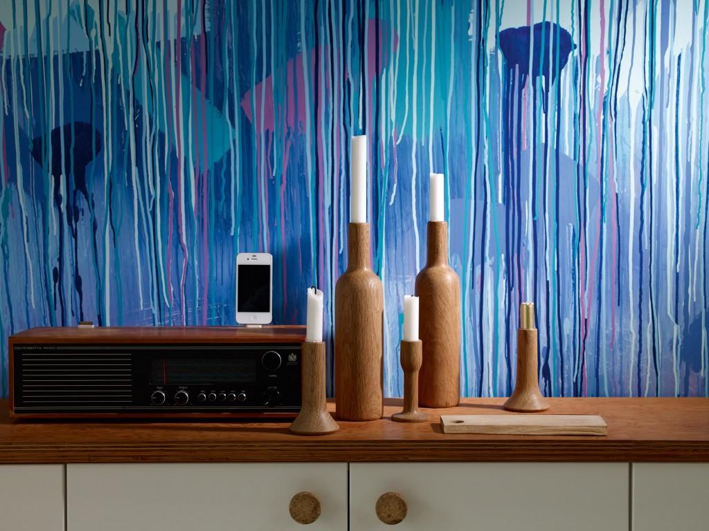 Sett en våt pensel rett på veggen og la det renne. Viktig å tynne ut malingen i vann. Denne veggen har en bakgrunnsfarge. Farger fra Nordsjö.
