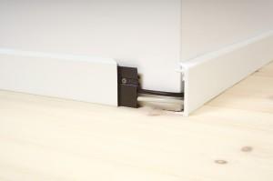 Fotlister fra IBG i plast som skjuler ledninger.