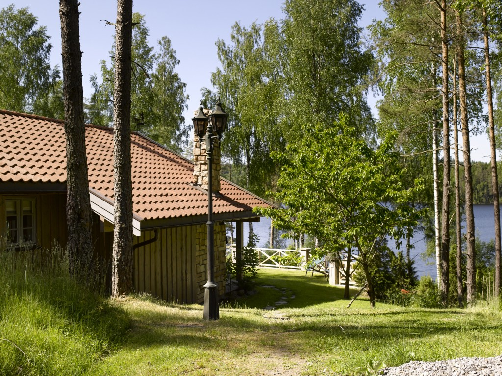 Hytta i Østfold ligger både i skogen og ved vannet.