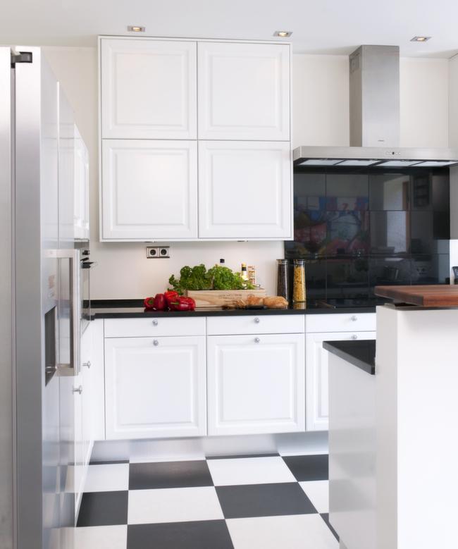En anelse varme er brukt i eggehvite vegger på kjøkkenet, mens tak og innredning er holdt i rent hvitt.