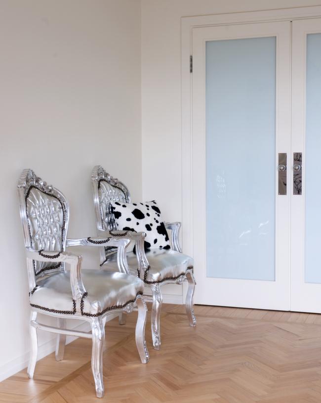 Med metallmaling og trekk med metalleffekt kan anonyme møbler forvandles til rene tronstolene.