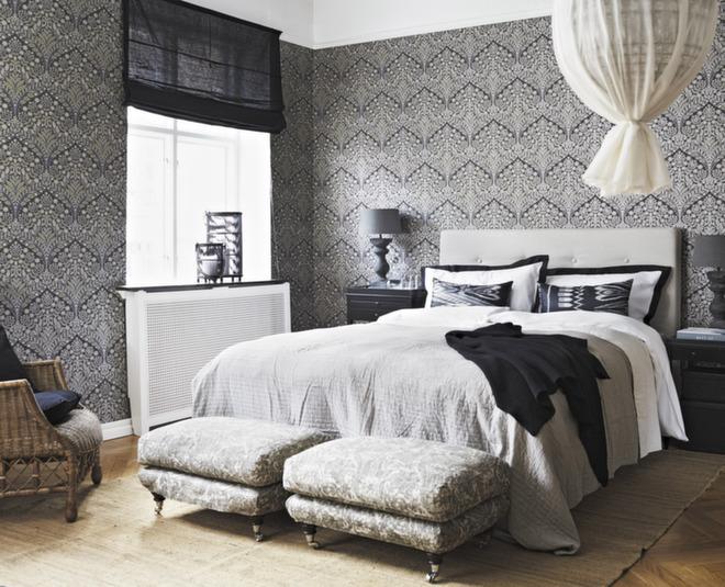 Med et tapet som Ornament fra Borge får man en fin ramme i rommet. Forseggjort seng, fine lamper og noen møbler gir den rette hotellstilen.