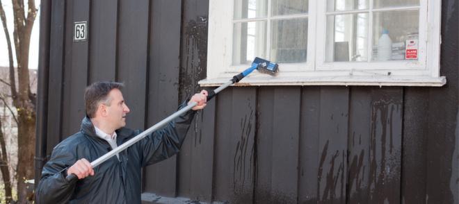 Ved å blant annet ha kost og forlengerskaftet klart, kan du vaske huset en dag det er overskyet eller regnvær.