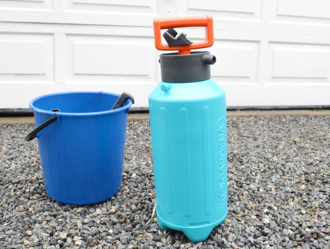 En bøtte og lavtrykksbeholder bør «bo» fast i boden til enhver huseier.