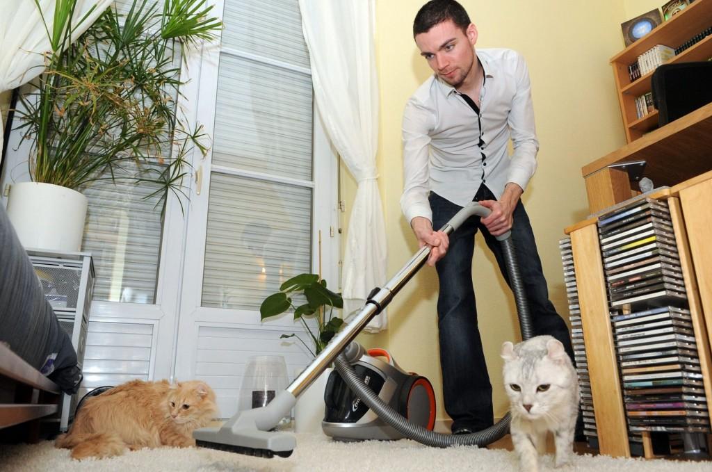 STØVSUGING: Det blir mye støv av kjæledyr (Foto: Colourbox)
