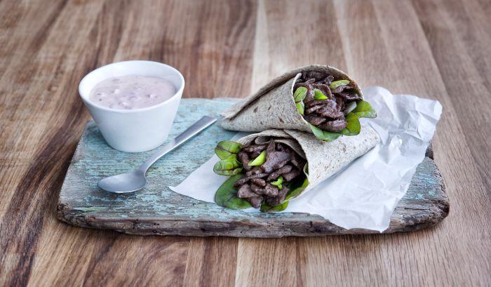 WRAP: Reinsdyrskav med tyttebærrømme var en av de mest populære reinkjøttoppskriftene på www.matprat.no i fjor. (Foto: MatPrat/Lasse Fløde)