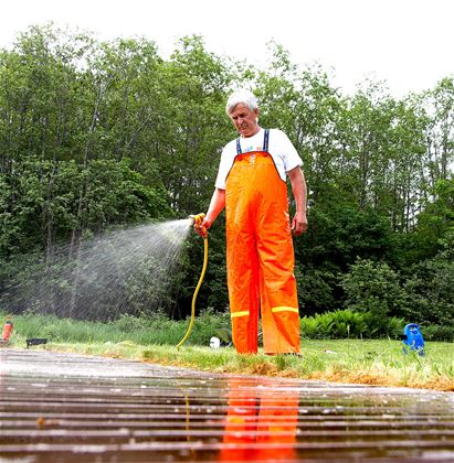 Avslutt med en grundig spyling med rent vann - det er tryggest å benytte hageslangen.