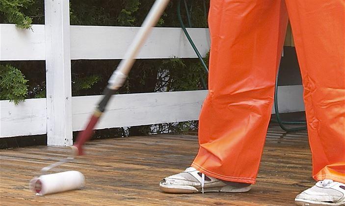 Benytt gjerne en rull med forlengerskaft for å sette inn terrassebordene med rengjøringsmiddel.