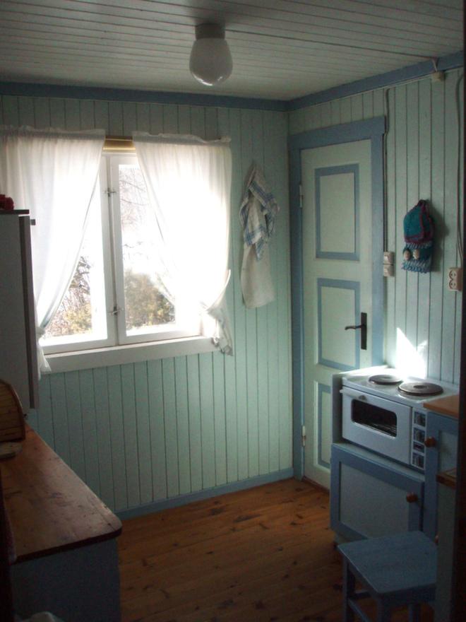 Kjøkkenet var mørkt, lite og trangt, så man valgte å slå ned veggen mot stuen (til venstre).
