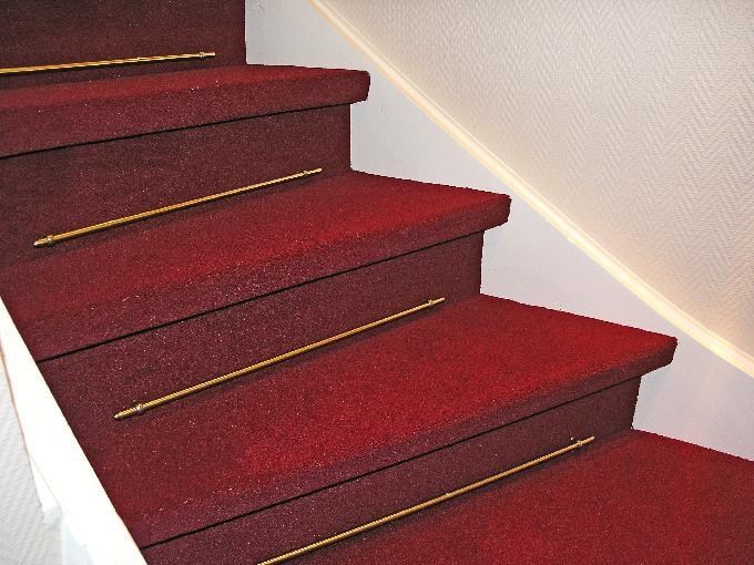 Heldekkende teppe i trapp