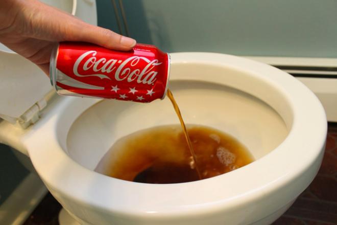 Obs! se hvorfor du burde helle cola i toalettet!   kreative idéer