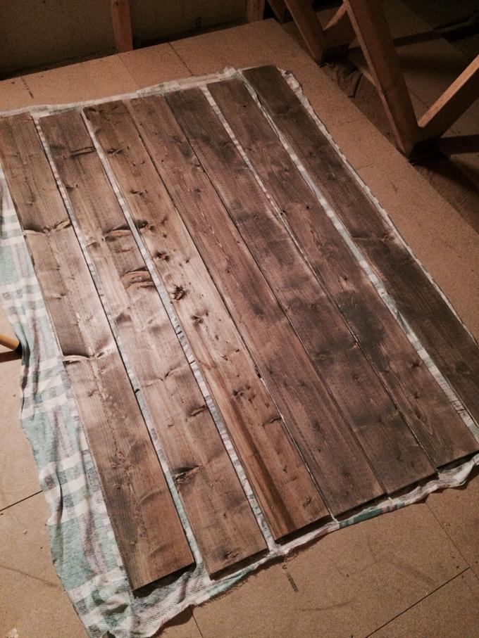 Se hvordan Kathrine forvandlet denne plankehaugen til et stilig bord ...