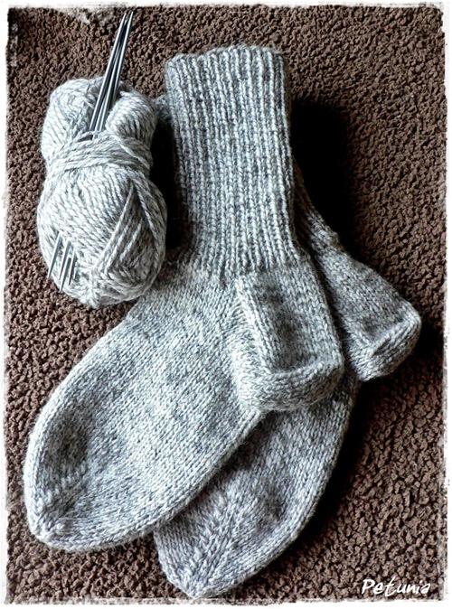Et par sokker ferdig strikket.