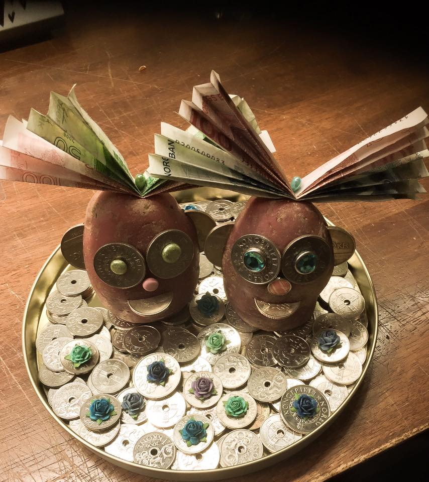 Kreativ pengegave - fjes laget av mynter og poteter.