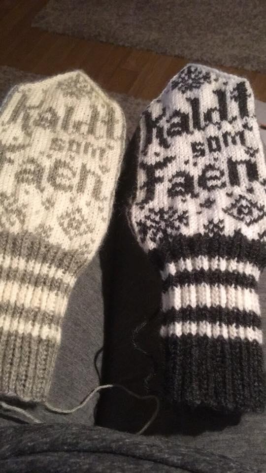 To par hjemmestrikkede votter i svart og hvitt.