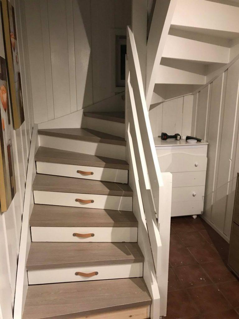 En nyoppusset tretrapp med skuffer mellom trappetrinnene.